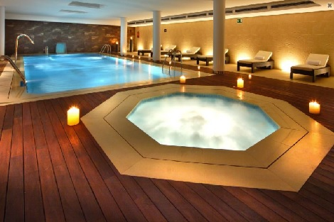 Hoteles con piscina climatizada en espa a cadiz for Hotel piscina segovia
